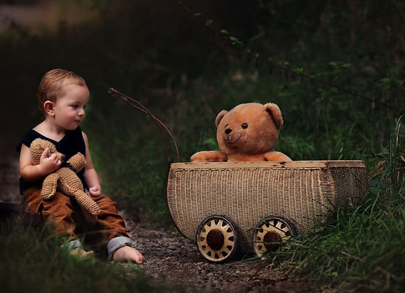 Kleinkind im Wald in Tulln Foto